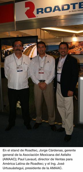 En el stand de Roadtec, Jorge Cárdenas, gerente general de la Asociación Mexicana del Asfalto (AMAAC); Paul Lavaud, director de Ventas para América Latina de Roadtec; y el Ing. Jose Urtusuástegui, presidente de la AMAAC.