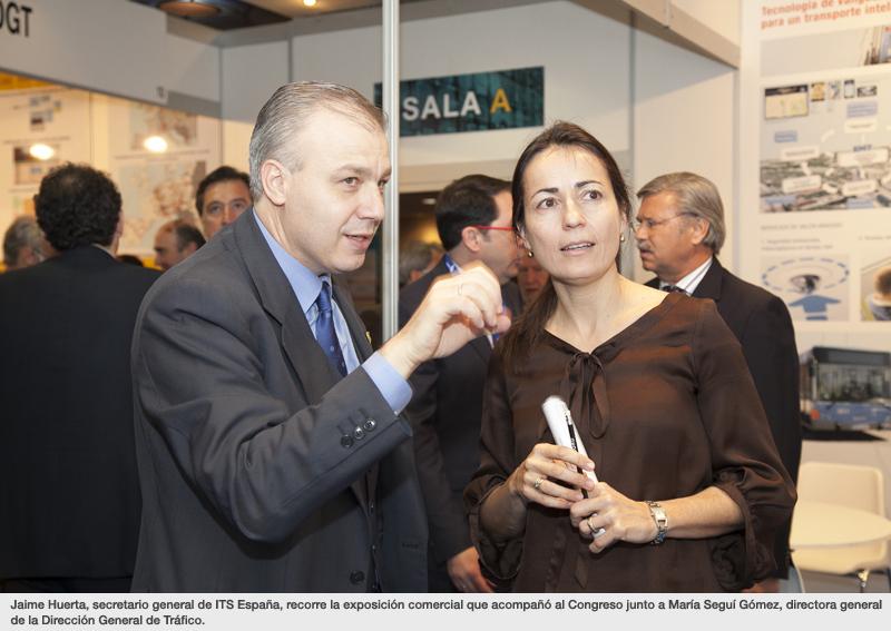 Jaime Huerta, secretario general de ITS España, recorre la exposición comercial que acompañó al Congreso junto a María Seguí Gómez, directora general de la Dirección General de Tráfico.